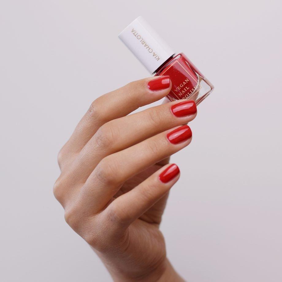 Kia-Charlotta vegaaninen punainen kynsilakka Hustle